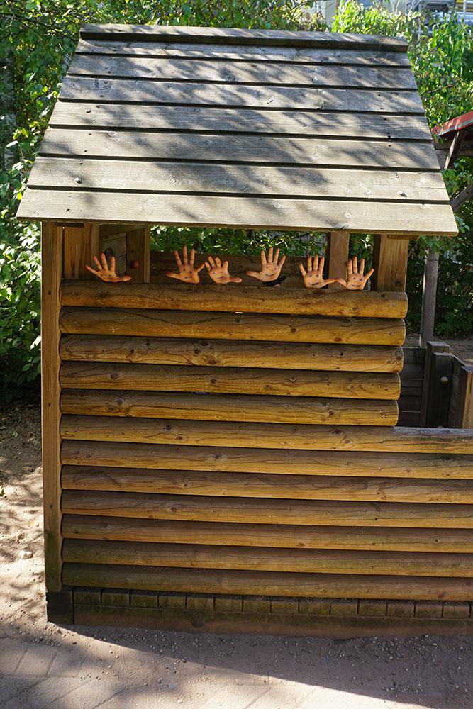 Kindergarten Dortmunderstrasse Hände aus Holzhäuschen